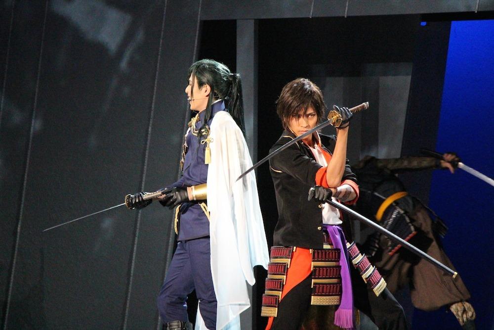 (左から)にっかり青江役の荒木宏文、大倶利伽羅役の財木琢磨
