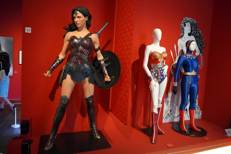 左より《ワンダーウーマンのコスチューム》(映画『バットマン vs スーパーマン ジャスティスの誕生』(2016年))、《ワンダーウーマンのコスチューム》《ウェットスーツのコスチューム》(いずれも『ワンダーウーマン(TVシリーズ)』(1975~1979年)) DC SUPER HEROES and all related characters and elements (C) & TM DC Comics. WB SHIELD: (C) & TM WBEI. (s21)