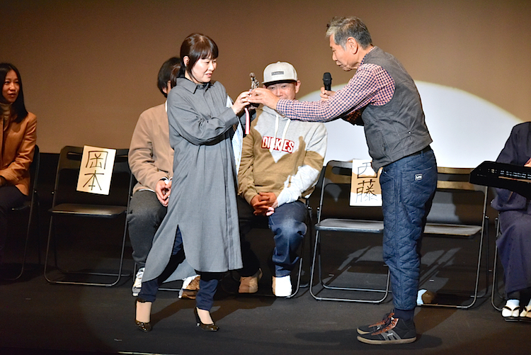 【第5回俳優A賞】を受賞した荘加真美には、審査員を代表して木村繁より賞状とトロフィー、賞金5万円が贈られた