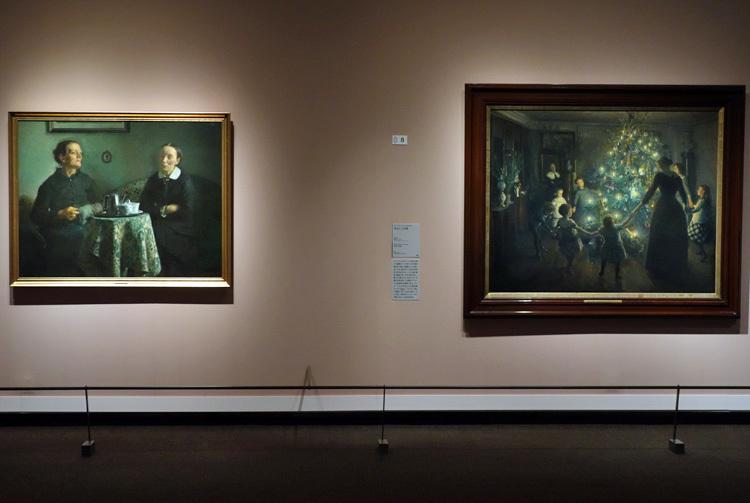 左:ヴィゴ・ヨハンスン《コーヒーを飲みながら》1884年 リーベ美術館  右:ヴィゴ・ヨハンスン《きよしこの夜》1891年 ヒアシュプロング・コレクション