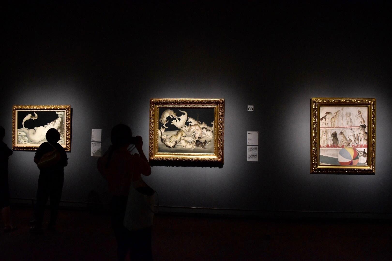 右から《サーカスの人気者》 1939年 島根県立美術館蔵、《争闘(猫)》 1940年 東京国立近代美術館蔵、《人魚》 1940年 個人蔵 (C) Foundation Foujita / A DAGP , Paris & JASPAR , Tokyo , 2017 E2833
