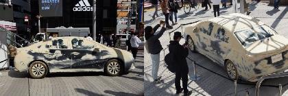 """車についた""""ホコリ""""がグラフィックアートに 『dusty car(ホコリをかぶった愛車)』展示イベントを開催"""