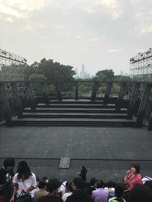 舞台開演待ち。遠方の一番高いビルが「高」の形をしていると言われる高雄85ビル。