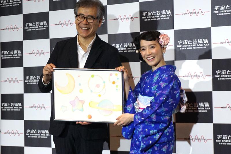 (左)南條史生と(右)篠原ともえ、篠原オリジナルイラストを手に笑顔を見せた
