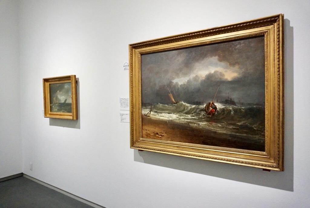 右:《風下側の海辺にいる漁師たち、時化模様》 1802年展示 油彩・カンヴァス サウサンプトン・シティ・アート・ギャラリー On loan from Southampton City Art Gallery (C)Bridgeman Images / DNPartcom
