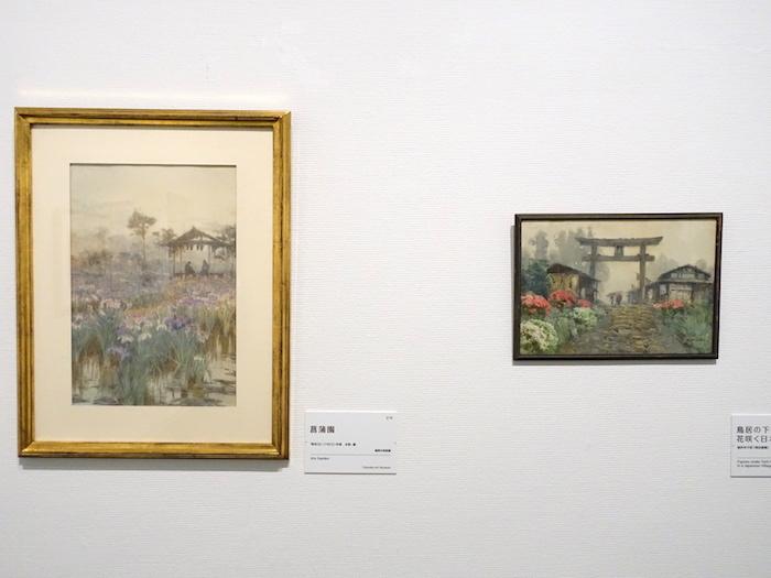 左から《菖蒲園》明治36年頃 福岡市美術館、《鳥居の下の人々、花咲く日本の村》制作年不詳(明治後期) 個人蔵