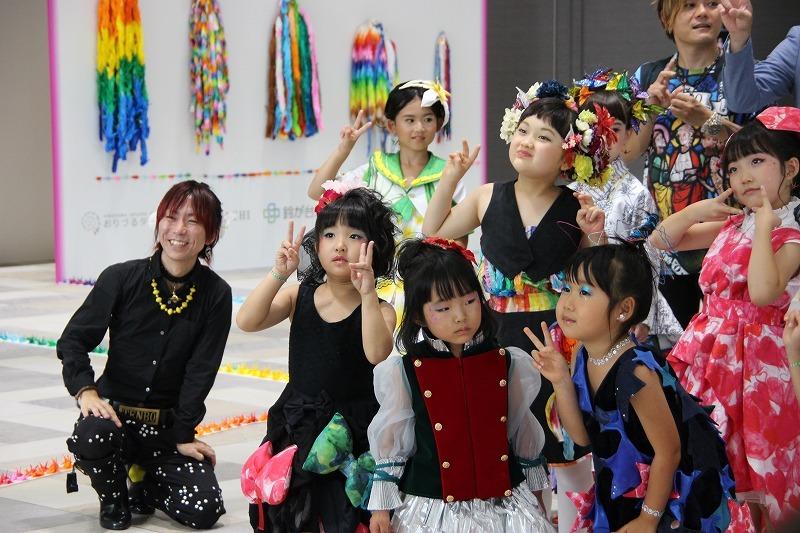 モデルに囲まれたデザイナーの鶴田能史さん(左)
