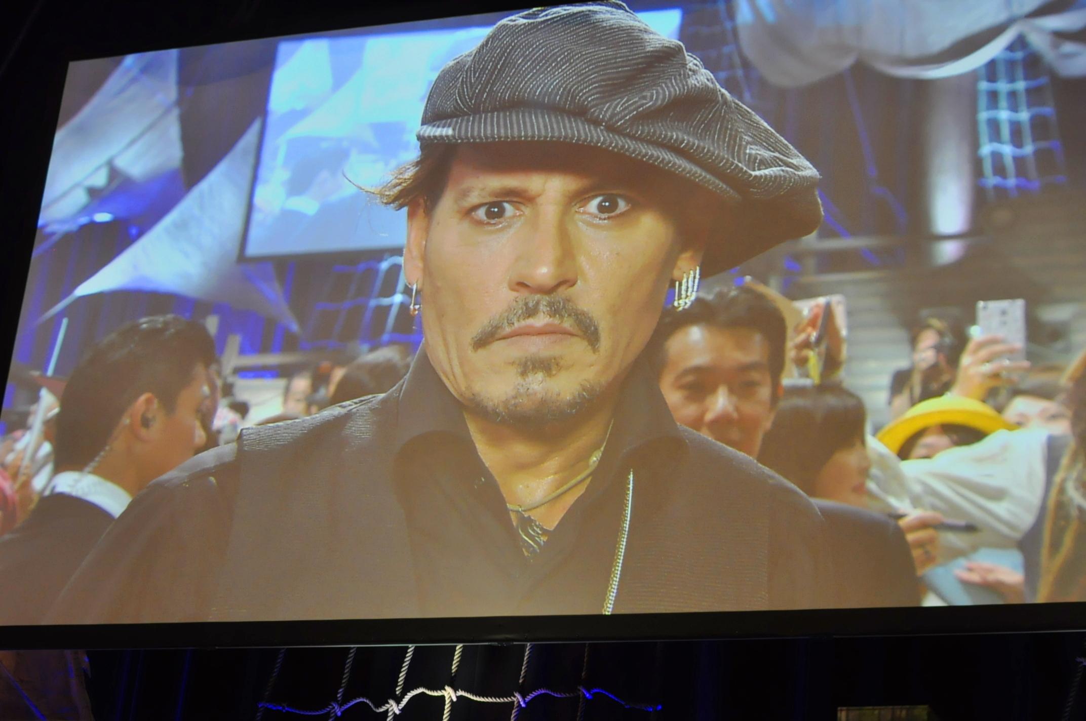 生中継の映像にもしっかりと対応するジョニー・デップ