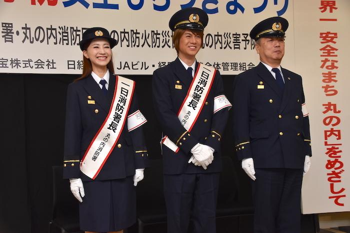 イベントの中盤から笑顔を見せる、丸の内1日消防署長の浦井健治(中央)と夢咲ねね(左)。右は佐藤睦・丸の内消防署長