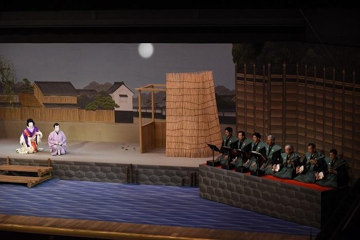 『十六夜清心』左から十六夜=中村時蔵、清心=尾上菊五郎、清元栄寿太夫(清元左から3番目)、清元延寿太夫(清元左から4番目)、清元斎寿(清元右端) 写真提供:松竹