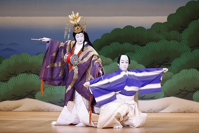 『松廼羽衣』中村時蔵(左)、中村萬太郎(右) (C)松竹