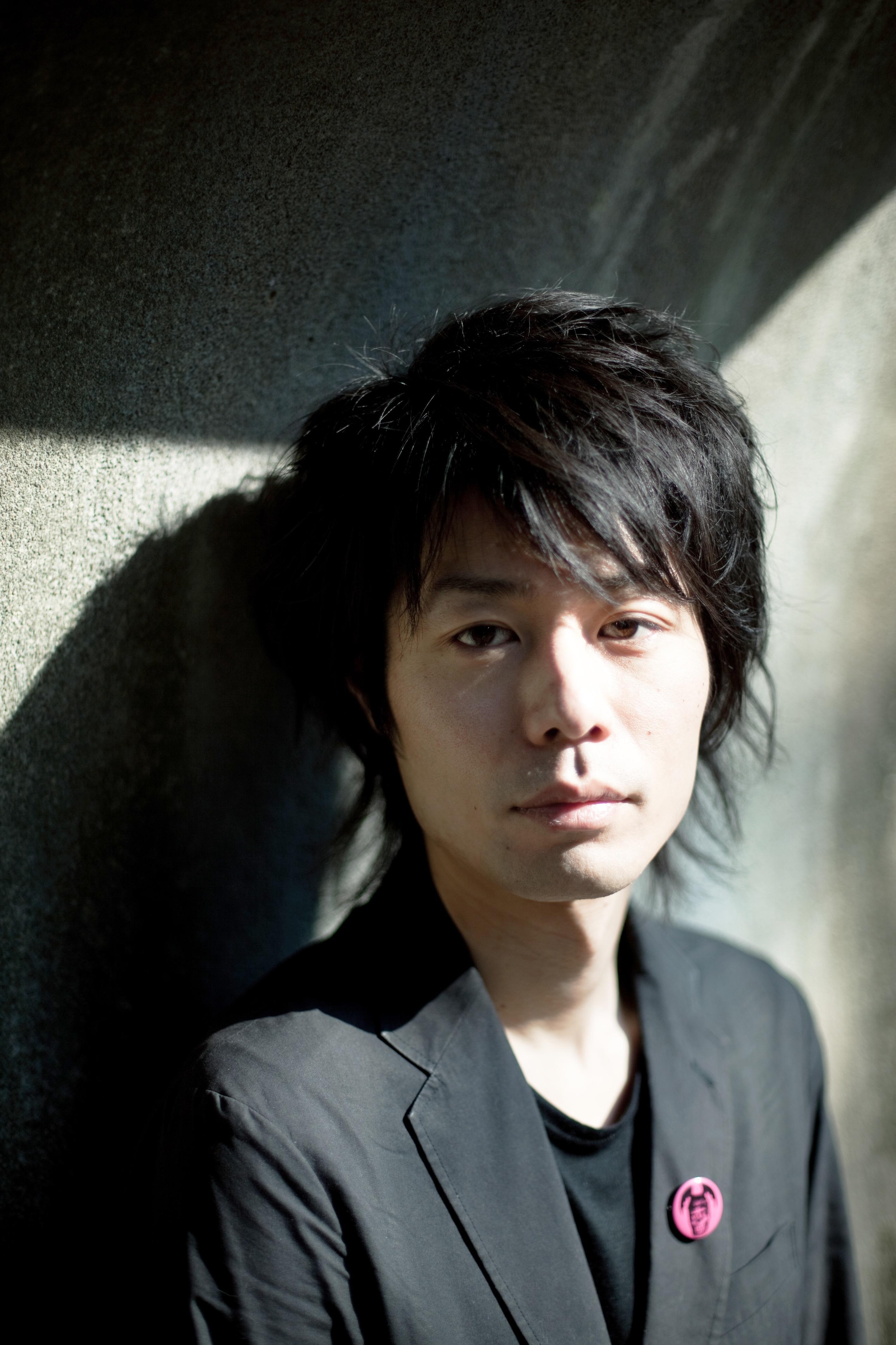 東京デスロックを主宰する劇作・演出家の多田淳之介。
