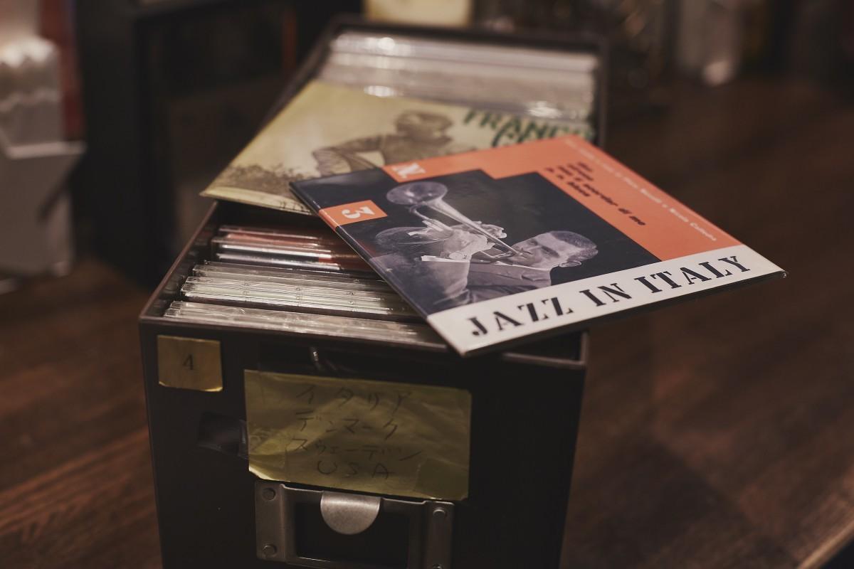 レア盤のレコードを売る前に、ジャケットのスキャンをしてきれいな状態でCD-Rに保存していた。そのストックが大量にあるため、店内では基本的にCDをかけていることが多い。