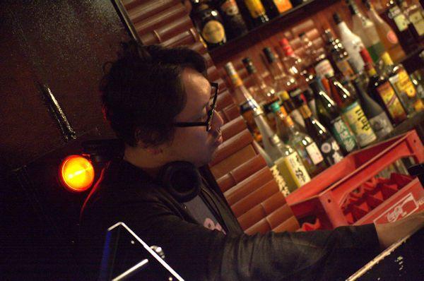 ラウンジではオープニングDJとしてSPICEアニメ/ゲーム編集長の加東岳史もプレイ 撮影=野島亮佑