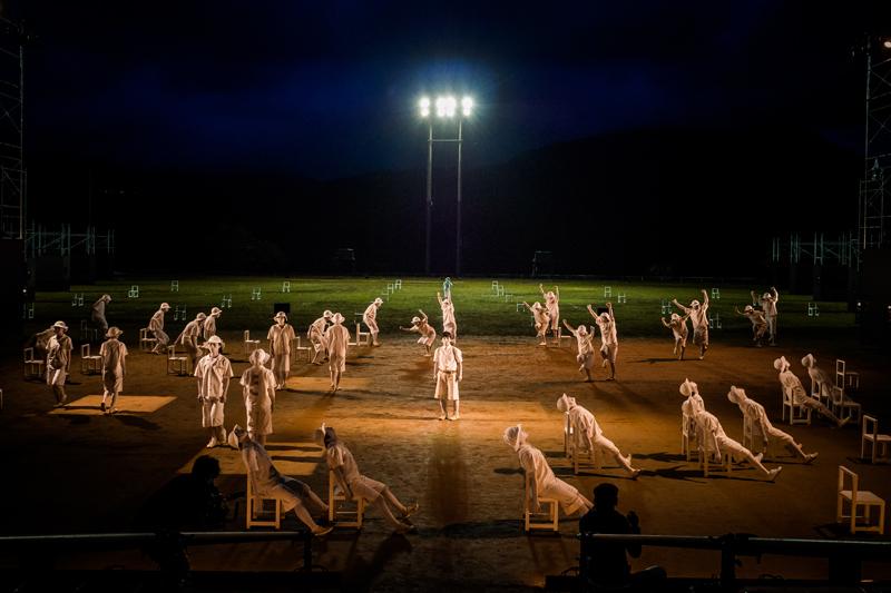 維新派『トワイライト』 構成・演出=松本雄吉 2015年9月、奈良県曽爾村健民運動場 撮影=井上嘉和
