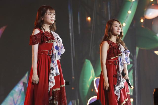 左から秋元真夏、桜井玲香。