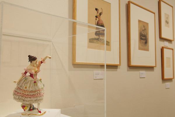 手前:ファニー・エルスラー「松葉杖の悪魔」より「カチュチャ」陶器人形 奥:アンティークプリント