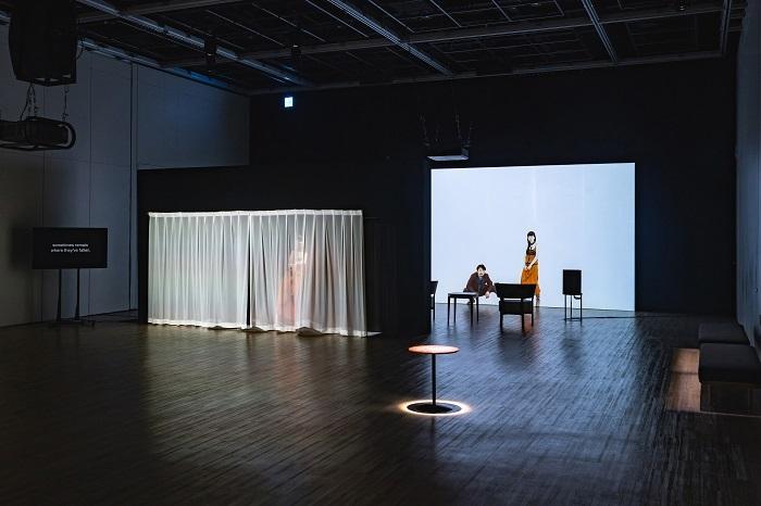 チェルフィッチュの〈映像演劇〉 『⾵景、世界、アクシデント、すべてこの部屋の外側の出来事』2020 札幌文化芸術交流センター SCARTS  (C)Kenzo Kosuge