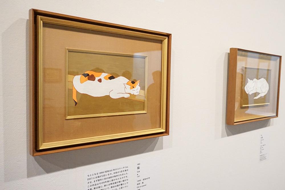 左手前から:《猫》 1965年 愛知県美術館 木村定三コレクション 《白猫》 1962年 愛知県美術館 木村定三コレクション