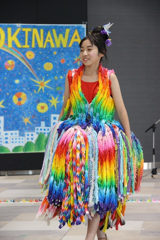 1万羽の折り鶴を用いた鮮やかなドレス