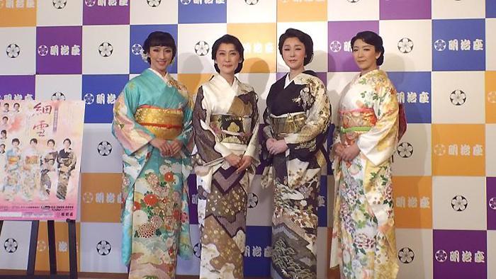 フォトセッションの4姉妹、左から水夏希、一路真輝、浅野ゆうこ、瀬奈じゅん