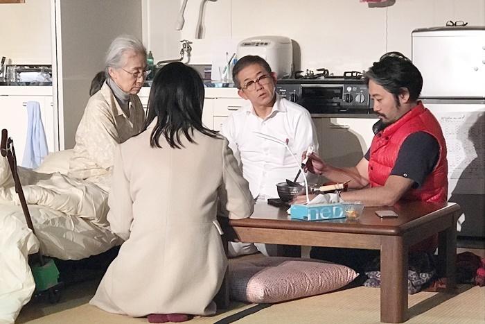 庭劇団ペニノ『笑顔の砦』瀧子の食事介護の動きを演出するタニノクロウ。 [撮影]吉永美和子