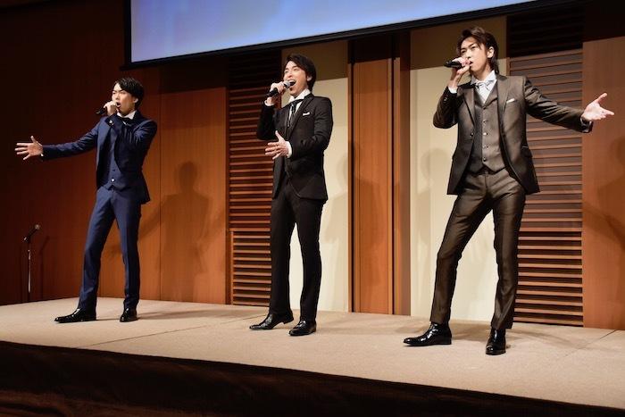 歌唱を披露する内海啓貴、海宝直人、相葉裕樹(左から)