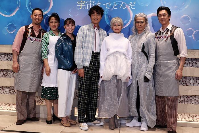 (左から)福井晶一、濱田めぐみ、咲妃みゆ、井上芳雄、土居裕子、畠中洋、吉野圭吾