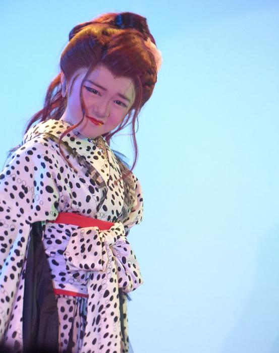 子どもたちも立派な役者として生きている。春陽座の子役メンバーによる舞台(18年10月、箕面スパーガーデン)。