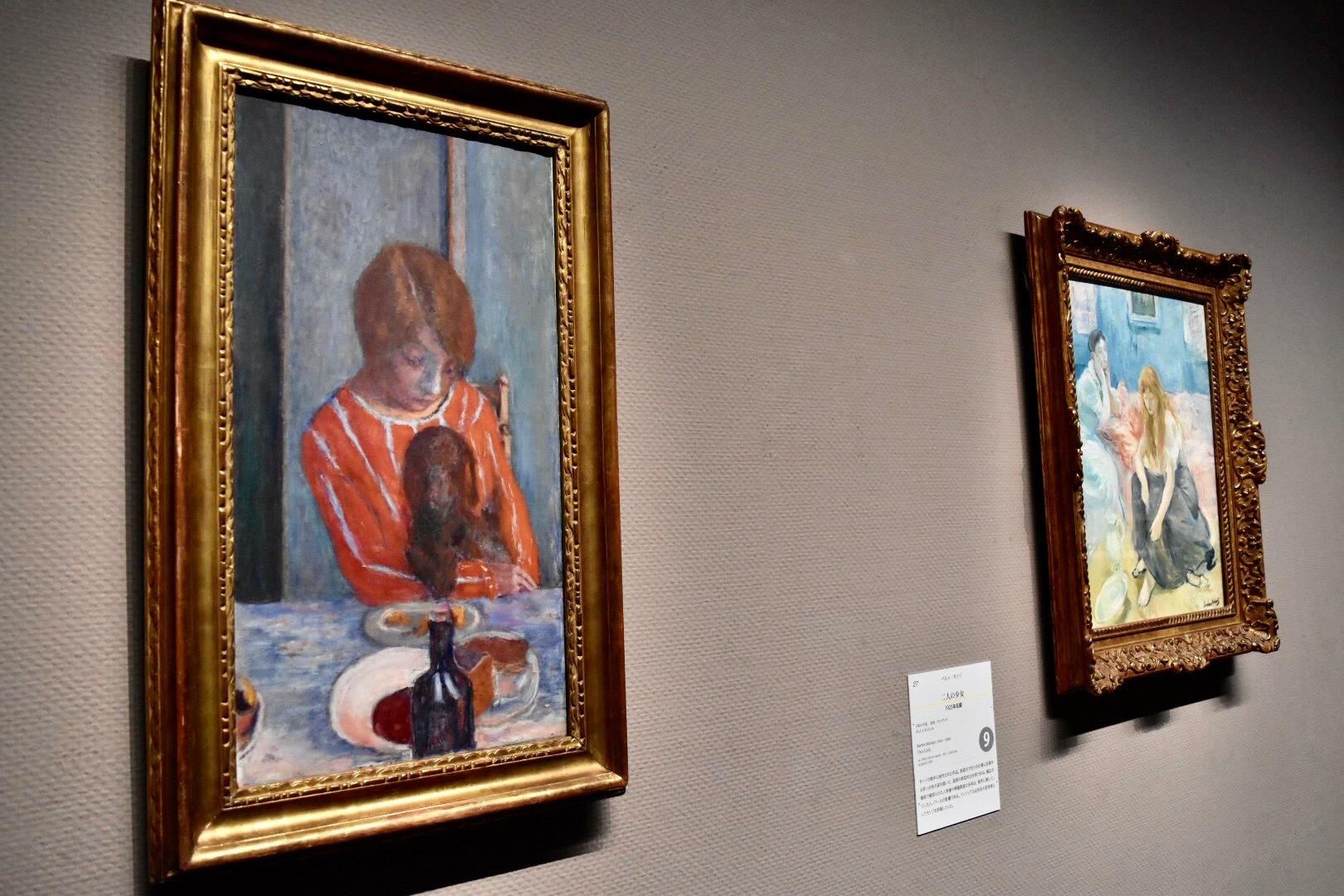 展示風景:左:ピエール・ボナール 《犬を抱く女》 1922年 右奥:ベルト・モリゾ 《二人の少女》 1894年頃