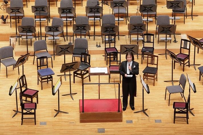 開演前のプレトークで曲の紹介をする飯森マエストロ