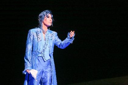 宝塚歌劇花組トップスター・明日海りおが、退団公演『A Fairy Tale -青い薔薇の精-』で神秘的な存在感をみせる