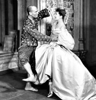 〈シャル・ウィ・ダンス〉を歌い踊るローレンスとユル・ブリナー