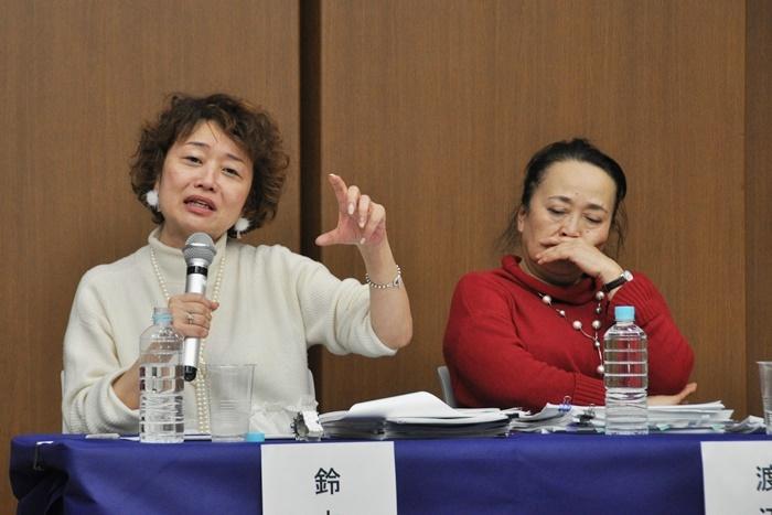 (左から)鈴木裕美、渡辺えり。