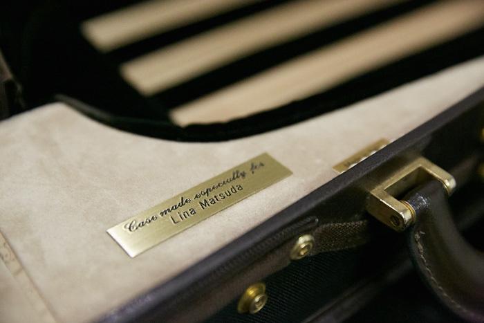 """理奈さんご愛用のヴァイオリンケースは""""Lina Matsuda""""とネームの入ったイタリアのメーカーの特注品。"""