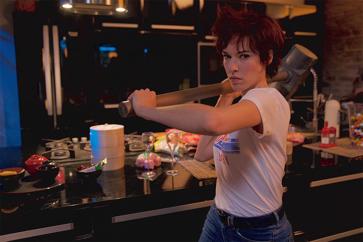 ハンマーを振り回すカオリ(エロディ・フォンタン) (C)AXEL FILMS PRODUCTION - BAF PROD - M6 FILMS