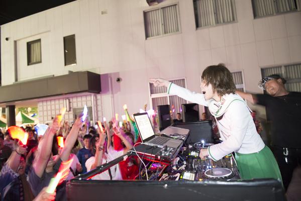 DJのプレイに対して熱狂するオーディエンス