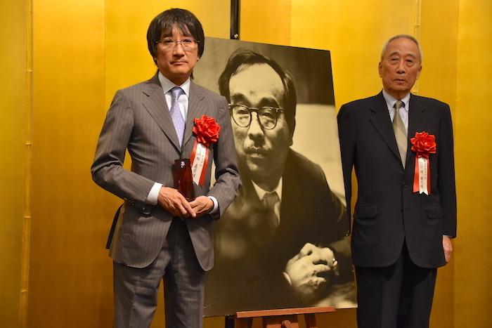 第43回菊田一夫演劇大賞を受賞した『ビリー・エリオット〜リトル・ダンサー〜』上演関係者一同を代表して、株式会社ホリプロの堀威夫・ファウンダー最高顧問(右)と堀義貴・代表取締役社長
