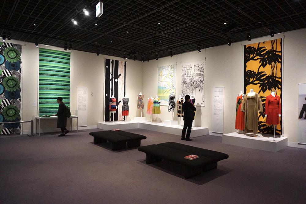 大きなファブリックとカラフルなドレスが並ぶ会場内の様子