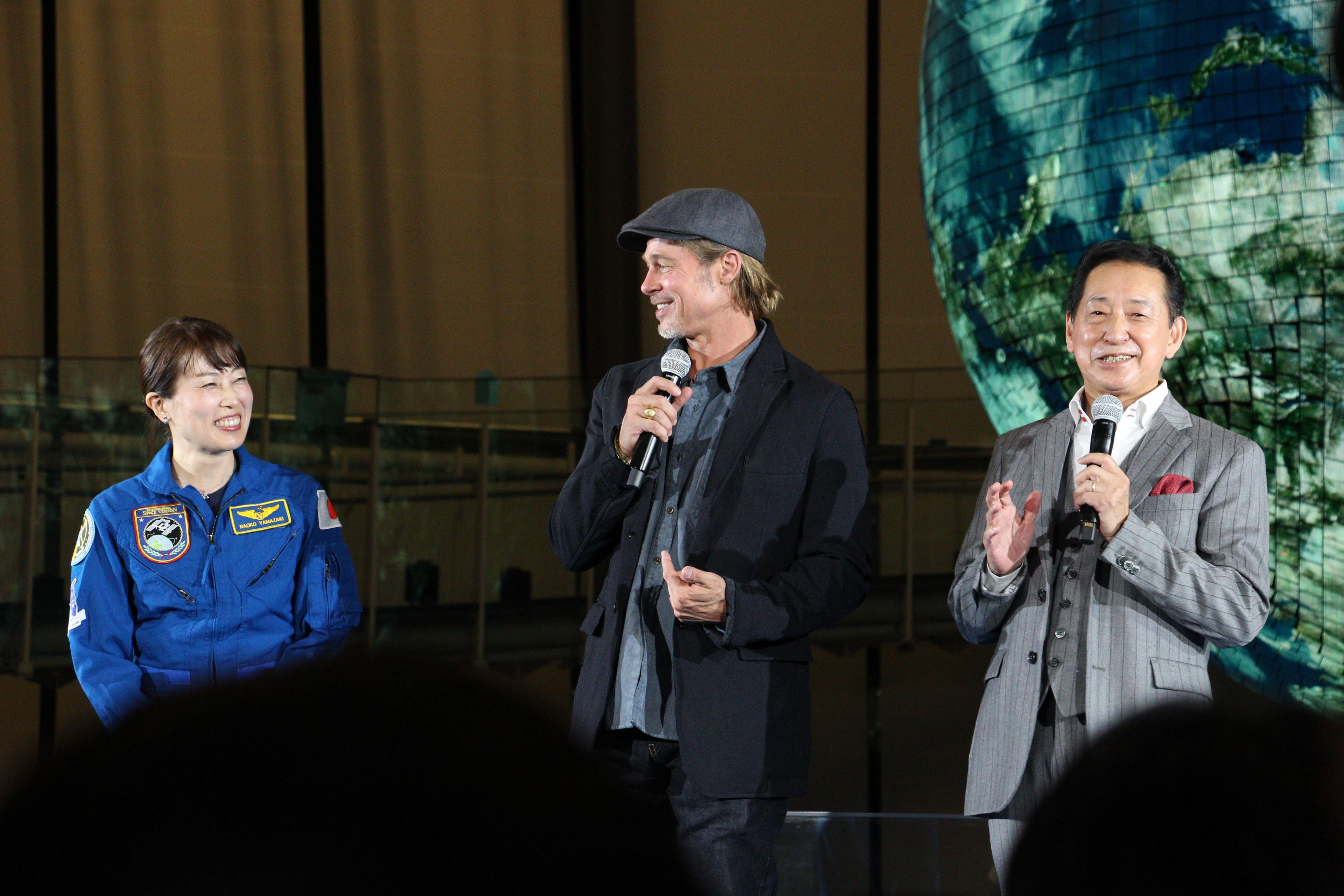 左から、山崎直子氏、ブラッド・ピット、毛利衛氏