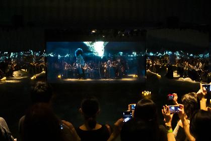 米津玄師、鏡に囲まれた空間で「馬と鹿」のMV上映会を実施