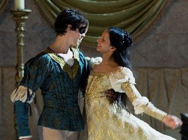 マクミラン版『ロミオとジュリエット』がバレエ映画に マシュー・ボール、フランチェスカ・ヘイワードら英国ロイヤル・バレエ団ダンサーが出演