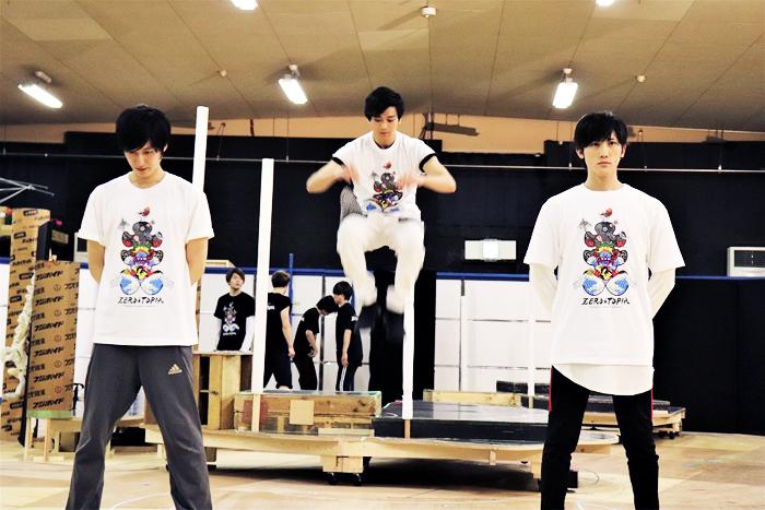 その場でジャンプする新田真剣佑。跳躍力に驚愕!