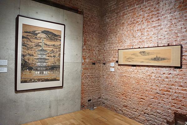 左は《薬師寺東塔之図》(昭和40年代頃、個人蔵)、右は《奈良風景》(昭和21年、奈良県立美術館蔵)