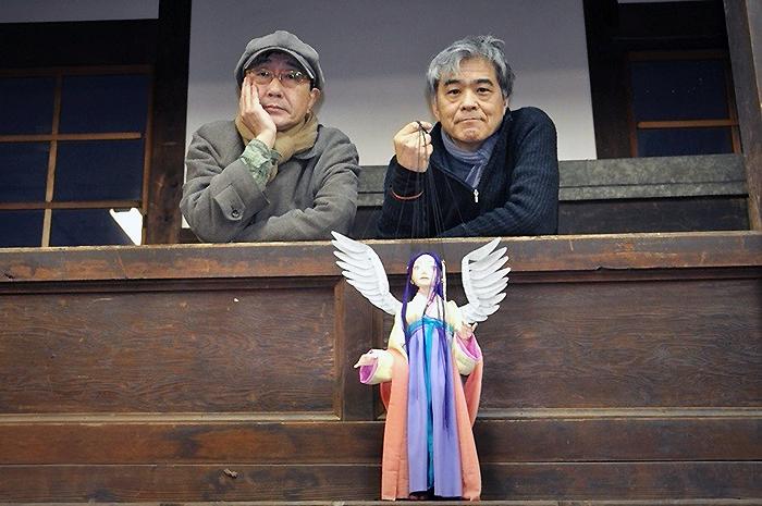 (左から)天野天街、山田俊彦。山田が手に持つのは今回使用する人形の一つ。