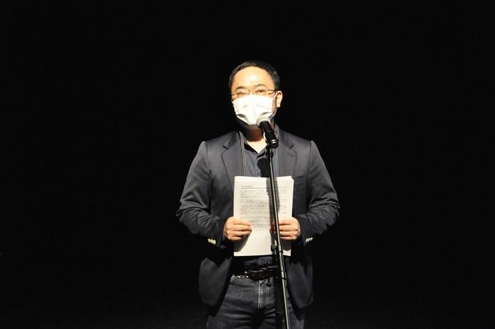 E9芸術監督のあごうさとし。『E9 2030』や「E9アートカレッジ」公演で構成・演出を行う他、2月には自らの新作も発表する予定。