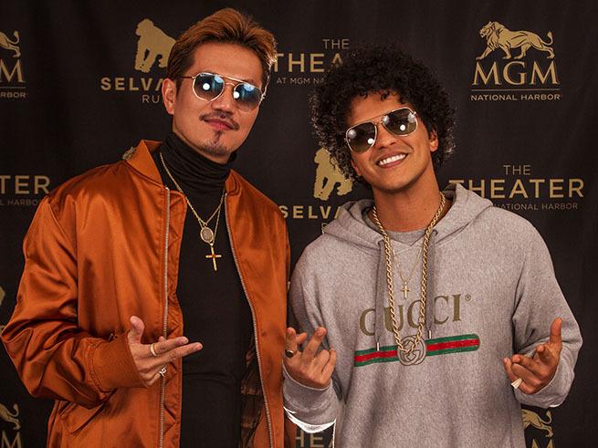 左から、EXILE ATSUSHI、ブルーノ・マーズ(Bruno Mars)