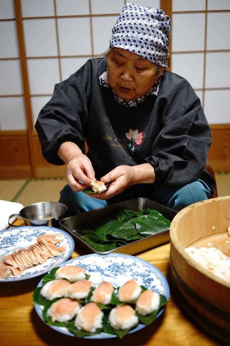 柿の葉ずしを作る國政勝子さん(鳥取県・智頭町) 撮影:小倉ヒラク