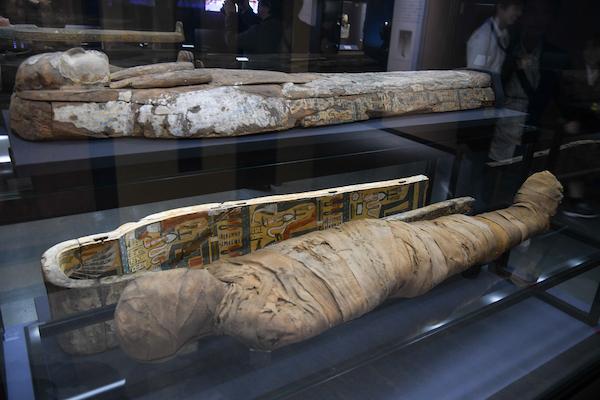 手前/《若い男性のミイラ》 エジプト 出土地不詳 第3中間期、紀元前768-前681年頃 奥/《若い男性のミイラの棺(蓋と本体)》 エジプト テーベ(?) 第3中間期、紀元前950年頃