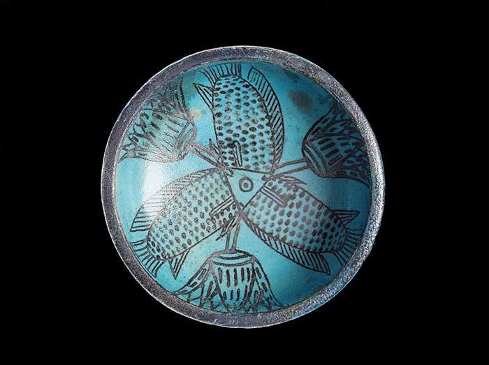 《三匹の魚とロータスを描いた浅鉢》前1450~前1400年頃  (C)Staatliche Museen zu Berlin, Ägyptisches Museum und Papyrussammlung Berlin / S. Steiß